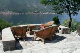 Вид на море. Боко-Которская бухта, Черногория, Доброта : Вилла в 70 метрах от пляжа, 2 гостиные-кухни, 4 спальни, 3 ванные комнаты, зеленый сад, 4 паркоместа