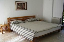 Спальня. Боко-Которская бухта, Черногория, Доброта : Вилла в 70 метрах от пляжа, 2 гостиные-кухни, 4 спальни, 3 ванные комнаты, зеленый сад, 4 паркоместа