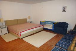 Спальня 2. Боко-Которская бухта, Черногория, Доброта : Вилла в 70 метрах от пляжа, 2 гостиные-кухни, 4 спальни, 3 ванные комнаты, зеленый сад, 4 паркоместа
