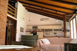 Гостиная. Боко-Которская бухта, Черногория, Доброта : Вилла в 70 метрах от пляжа, 2 гостиные-кухни, 4 спальни, 3 ванные комнаты, зеленый сад, 4 паркоместа