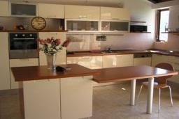 Кухня. Боко-Которская бухта, Черногория, Доброта : Вилла в 70 метрах от пляжа, 2 гостиные-кухни, 4 спальни, 3 ванные комнаты, зеленый сад, 4 паркоместа