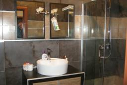 Ванная комната. Будванская ривьера, Черногория, Будва : Апартамент с гостиной, отдельной спальней и балконом с видом на море