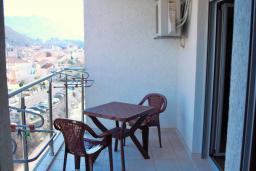 Балкон. Будванская ривьера, Черногория, Будва : Апартамент с гостиной, отдельной спальней и балконом с видом на море
