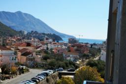 Вид на море. Будванская ривьера, Черногория, Будва : Апартамент с гостиной, отдельной спальней и балконом с видом на море