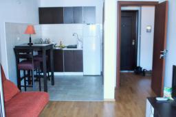 Гостиная. Будванская ривьера, Черногория, Будва : Апартамент с гостиной, отдельной спальней и балконом с видом на море