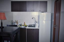 Кухня. Будванская ривьера, Черногория, Будва : Апартамент с гостиной, отдельной спальней и балконом с видом на море