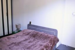 Спальня. Будванская ривьера, Черногория, Будва : Апартамент с гостиной, отдельной спальней и балконом с видом на море