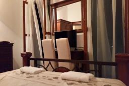 Спальня. Будванская ривьера, Черногория, Кримовица : Вилла с бассейном, гостиной, кухней, 4 спальнями, 3 ванными комнатами, парковкой для двух машин