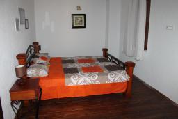 Спальня 2. Будванская ривьера, Черногория, Кримовица : Вилла с бассейном, гостиной, кухней, 4 спальнями, 3 ванными комнатами, парковкой для двух машин