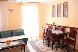 Гостиная. Будванская ривьера, Черногория, Будва : Апартамент с гостиной, отдельной спальней и балконом