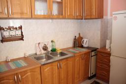 Кухня. Будванская ривьера, Черногория, Будва : Апартамент с гостиной, отдельной спальней и балконом