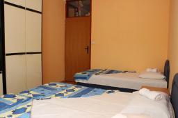 Спальня. Будванская ривьера, Черногория, Будва : Апартамент с гостиной, отдельной спальней и балконом