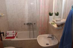 Ванная комната. Будванская ривьера, Черногория, Будва : Апартамент с гостиной, отдельной спальней и балконом