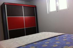 Спальня. Будванская ривьера, Черногория, Приевор : Апартамент с гостиной, двумя спальнями и балконом с видом на море