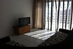 Гостиная. Будванская ривьера, Черногория, Приевор : Апартамент с гостиной, двумя спальнями и балконом с видом на море