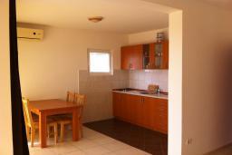 Кухня. Будванская ривьера, Черногория, Приевор : Апартамент с гостиной, двумя спальнями и балконом с видом на море