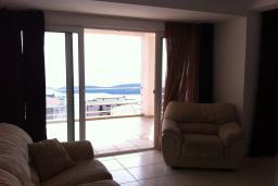 Вид на море. Будванская ривьера, Черногория, Приевор : Апартамент с гостиной, двумя спальнями и балконом с видом на море