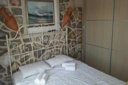 Спальня. Рафаиловичи, Черногория, Рафаиловичи : Апартамент с отдельной спальней на берегу Рафаиловичей