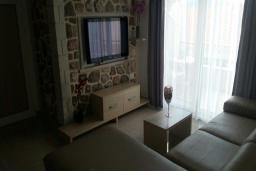 Гостиная. Рафаиловичи, Черногория, Рафаиловичи : Апартамент с отдельной спальней на берегу Рафаиловичей