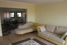 Гостиная. Будванская ривьера, Черногория, Будва : Четырехэтажный дом с двумя гостиными, двумя кухнями, 6 спален, 6 ванных комнат, гараж, сауна