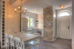 Кухня. Будванская ривьера, Черногория, Будва : Вилла с гостиной, тремя отдельными спальнями, двумя ванными комнатами, паркоместо, Wi-Fi