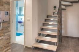 Лестница наверх. Будванская ривьера, Черногория, Будва : Вилла с гостиной, тремя отдельными спальнями, двумя ванными комнатами, паркоместо, Wi-Fi