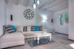Гостиная. Будванская ривьера, Черногория, Будва : Вилла с гостиной, тремя отдельными спальнями, двумя ванными комнатами, паркоместо, Wi-Fi