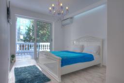 Спальня. Будванская ривьера, Черногория, Будва : Вилла с гостиной, тремя отдельными спальнями, двумя ванными комнатами, паркоместо, Wi-Fi