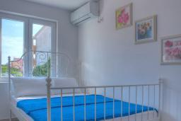 Спальня 2. Будванская ривьера, Черногория, Будва : Вилла с гостиной, тремя отдельными спальнями, двумя ванными комнатами, паркоместо, Wi-Fi