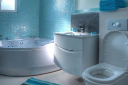 Ванная комната. Будванская ривьера, Черногория, Будва : Вилла с гостиной, тремя отдельными спальнями, двумя ванными комнатами, паркоместо, Wi-Fi