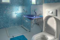 Ванная комната 2. Будванская ривьера, Черногория, Будва : Вилла с гостиной, тремя отдельными спальнями, двумя ванными комнатами, паркоместо, Wi-Fi