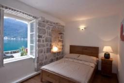 Спальня. Боко-Которская бухта, Черногория, Пераст : Вилла рядом с морем, большая гостиная, 4 спальни, 3 ванные комнаты, парковка, Wi-Fi