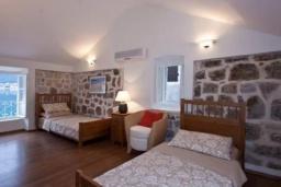 Спальня 2. Боко-Которская бухта, Черногория, Пераст : Вилла рядом с морем, большая гостиная, 4 спальни, 3 ванные комнаты, парковка, Wi-Fi