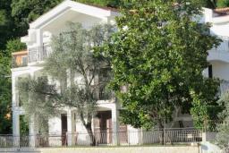 Фасад дома. Будванская ривьера, Черногория, Будва : Вилла с большой гостиной, 9 спален, 5 ванных комнат, гараж, Wi-Fi