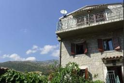 Фасад дома. Будванская ривьера, Черногория, Рафаиловичи : Каменный дом в 100 метрах от моря, 4 спальни, 3 ванные комнаты, большая терраса