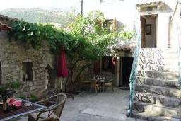Терраса. Будванская ривьера, Черногория, Рафаиловичи : Каменный дом в 100 метрах от моря, 4 спальни, 3 ванные комнаты, большая терраса