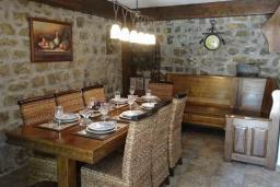 Обеденная зона. Будванская ривьера, Черногория, Рафаиловичи : Каменный дом в 100 метрах от моря, 4 спальни, 3 ванные комнаты, большая терраса
