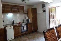 Кухня. Будванская ривьера, Черногория, Рафаиловичи : Каменный дом в 100 метрах от моря, 4 спальни, 3 ванные комнаты, большая терраса