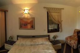 Спальня. Будванская ривьера, Черногория, Рафаиловичи : Каменный дом в 100 метрах от моря, 4 спальни, 3 ванные комнаты, большая терраса
