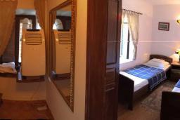 Спальня 2. Будванская ривьера, Черногория, Рафаиловичи : Каменный дом в 100 метрах от моря, 4 спальни, 3 ванные комнаты, большая терраса