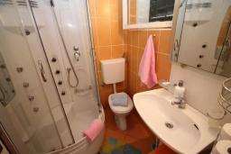Ванная комната 2. Будванская ривьера, Черногория, Петровац : Вилла с 100 метрах от пляжа, 3 спальни, 2 ванные комнаты, парковка, Wi-Fi