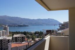 Вид на море. Будванская ривьера, Черногория, Будва : Апартамент с балконом и видом на море, с гостиной и отдельной спальней