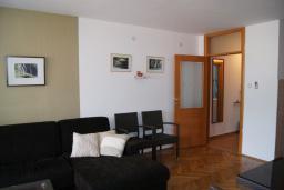 Гостиная. Будванская ривьера, Черногория, Будва : Апартамент с балконом и видом на море, с гостиной и отдельной спальней