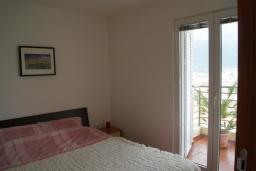 Спальня. Будванская ривьера, Черногория, Будва : Апартамент с балконом и видом на море, с гостиной и отдельной спальней