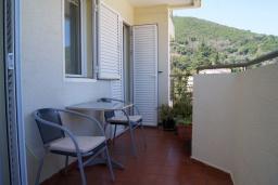 Балкон. Будванская ривьера, Черногория, Будва : Апартамент с балконом и видом на море, с гостиной и отдельной спальней