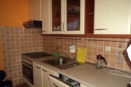 Кухня. Будванская ривьера, Черногория, Будва : Апартамент с видом на море, с гостиной и двумя отдельными спальнями