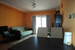 Гостиная. Будванская ривьера, Черногория, Будва : Апартамент с видом на море, с гостиной и двумя отдельными спальнями
