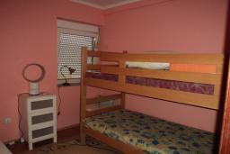 Спальня. Будванская ривьера, Черногория, Будва : Апартамент с видом на море, с гостиной и двумя отдельными спальнями