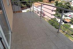 Балкон. Будванская ривьера, Черногория, Будва : Апартамент с видом на море, с гостиной и двумя отдельными спальнями