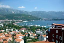Вид на море. Будванская ривьера, Черногория, Будва : Апартамент с видом на море, с гостиной и двумя отдельными спальнями